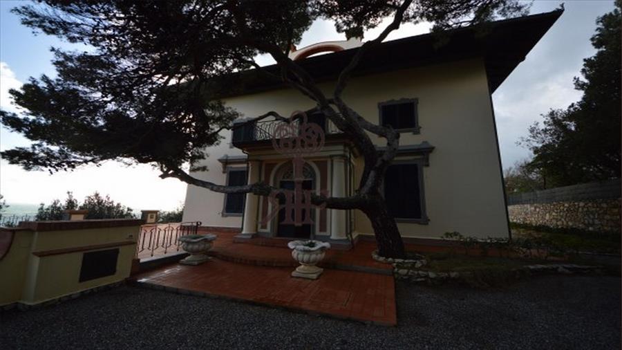 Vendita villa storica ct097 castiglioncello for Piani di garage gratuiti con lista dei materiali